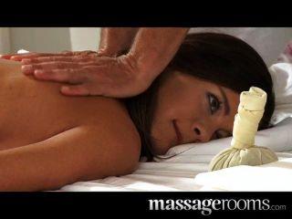 Pulsierenden Kalea Taylor In Erotische Massage Von Zwei Männern