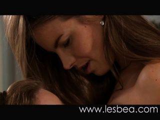 Lesbischen Jungfrau Liebt Fit Körper Der älteren Frau