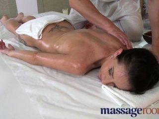 Massageräume - Junge Zierliche Schönheit