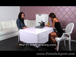 Femaleagent - Schüchtern Schönheit Praktiken Lecken