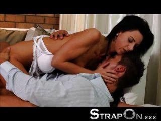Strapon - Schwarze Haare Babe Fucks Guy