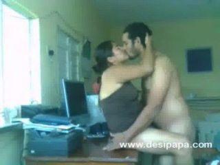 Indische Amateur Paar Nawaz Und Hira Sex Auf Einem Tisch