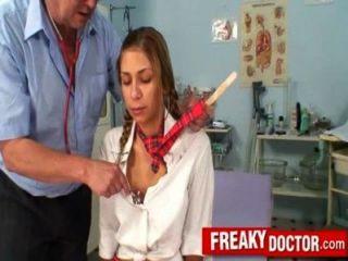 Alte Pussy Arzt Behandelt Eine Schule Mädchen Rachel Evans