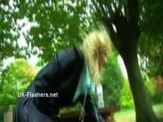 Hausgemachte Flashers Aufnahmen Von Sexy Milf Emma Louise Liebäugelt In Einem Park Und Upskirt