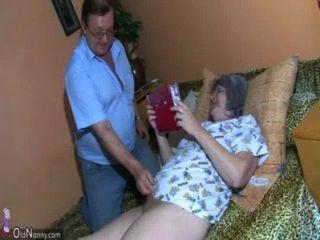 Oldnanny Alte Oma Und Opa Genießt Mit Jungen Frau