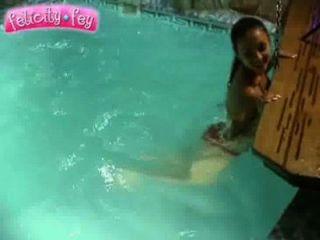 Felicity Fey Und Camilla Auf Einem Swimmingpool