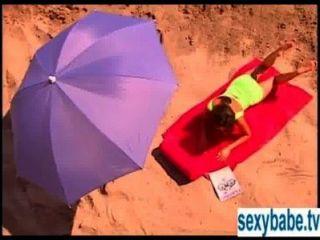 Gegerbt Superbabe Reibt Sich Am Sandstrand