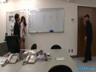Bürodame Geklopft Durch 2 Männer Gefingert Und Auf Dem Stuhl Im Büro Geleckt
