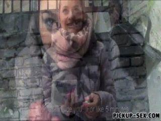 Amateur Brünette Euro Schlampe Emily In Der Öffentlichkeit Für Bargeld Schlug