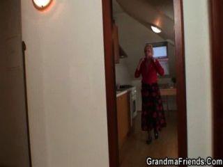 Zwei Repairmen Ficken Vollbusige Oma Von Beiden Enden