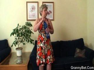 Einsam 60 Jahre Alte Oma Schluckt Großen Schwanz