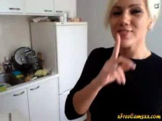Super Sexy Blonde Milf Streifen In Ihrer Küche Auf Cam