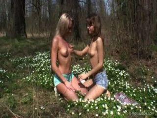 Herrin Lera (karine) Mit Freund Unter Wildblumen