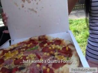 Lieferung Pizza Mädchen Pony In Der Öffentlichkeit Im Freien
