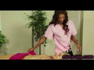Süße Erstaunliche Mädchen Spielen Nach Der Massage