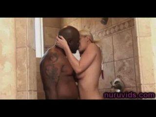 Herrlich Vollbusige Blondine Eine Heiße Dusche Mit Schwarzen Kerl Nehmen