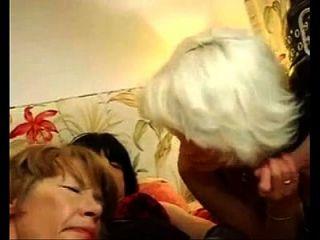 2 Alte Frauen Mit Crossdresser Und Dude