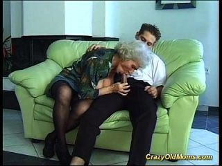 Busty Haarige Mama Deepthroat Auf Großen Schwanz