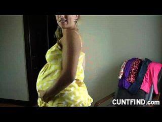 Schwangere Babe ändert Ihr Kleid