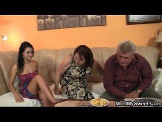 Ihr Freund Kommt Mit Der Familie In Die Mitte