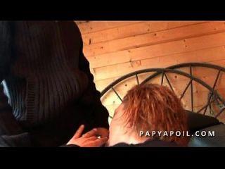 Papy Se Tape Une Black En Bas Kollant Avec Un Jeune Pote
