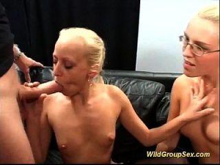 Zwei Deutsche Mädchen Saugen Viele Schwänze