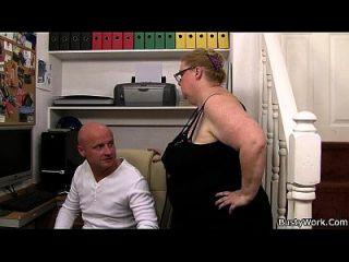 Er Doggystyles Riesige Titted Sekretärin Auf Der Treppe