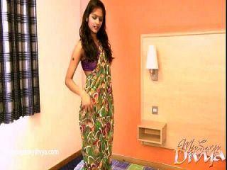 Divya Yogesh Zieht Ihre Kleider In Einer Solo-szene Aus