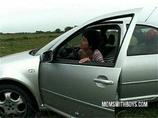 Eine Reife Dame In Not Braucht Nur Hahn Für Hilfe