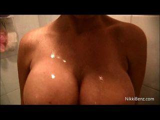 Nikki Benz Wird Nass Und Cums In Ihrer Dusche!