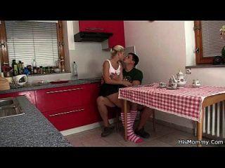 Heiße Reife Und Jugendlich Lesbische Szene Auf Der Küche