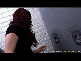 Jessica Ryan Betrügt Ihren Freund In Einem Gloryhole