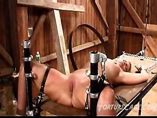Extreme Pussy Auf Der Foltertisch Peitschend