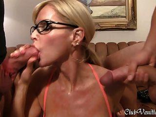 Vollbusige Blonde Milf Cum Alle über Ihr Gesicht Und Ihren Arsch Bekommen