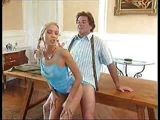 Alter Mann Fickt Junge Mädchen Auf Dem Schreibtisch