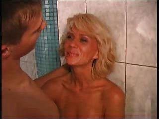Schöne Mutter Elena Mit Einem Jungen In Der Sauna