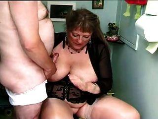 Fett Oma In Zwei Smoking Barrels