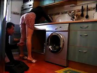 Einsame Hausfrau Blinkt Klempner