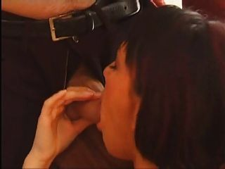 Sexy Kurzhaarige Brünette Mit Einem Haarigen Muschi Wird Gefickt