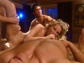Sexy Blonde Mädchen Genießt Vier Jungs Und Double Penetration