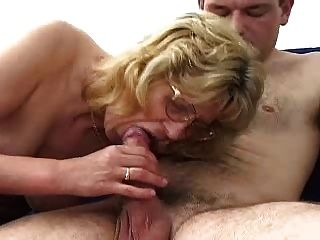 Blonde Oma In Den Gläsern Fickt Junge