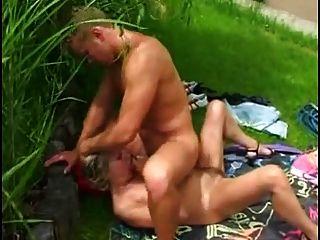Mutter Und Junge Sex Im Garten