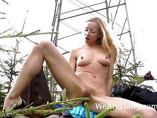 Behaarte Blonde Lisa T Masturbiert Außerhalb Ihre Haarige Muschi