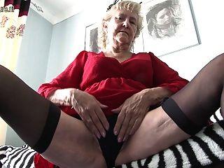 British Granny Zeigt Ihre Waren