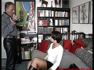 Locken Straße Mädchen Im Mini & Stiefel In Pornoproduktion