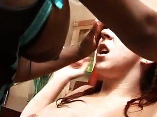 Ebenholz Und Weißen Mädchen Einen Orgasmus Haben Zusammen Mit Strapon