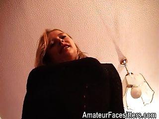 Blondine Mit Dicken Oberschenkeln In Strümpfen Facesittings