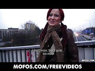 Tschechisch Rotschopf Wird Bar Bezahlt Zu Blinken Und Saugen Schwanz In Der Öffentlichkeit