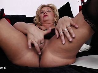 Blonde Reife Mutter Auf Der Couch Schleifen