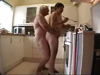 Oma Und Opa, Die Spaß In Der Küche